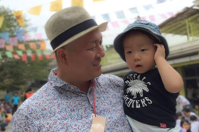保育園で息子を抱っこするパパ