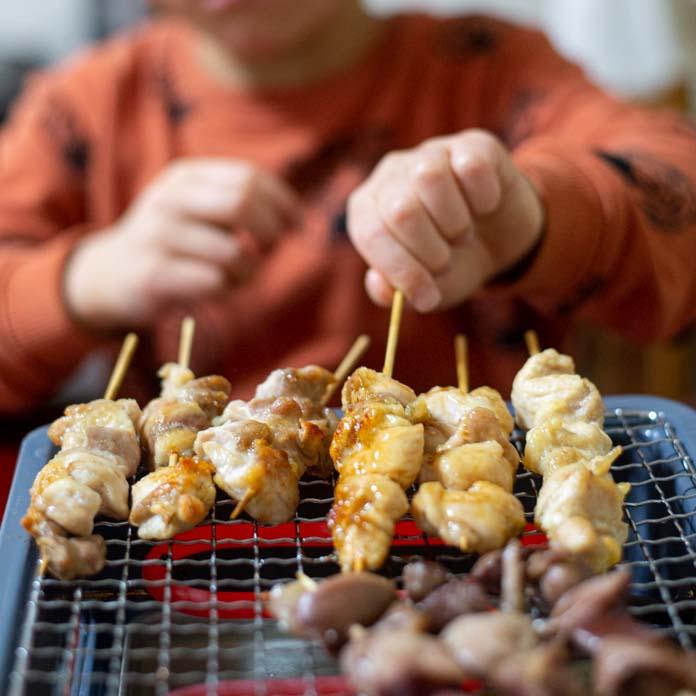 焼き鳥を焼いている6歳児