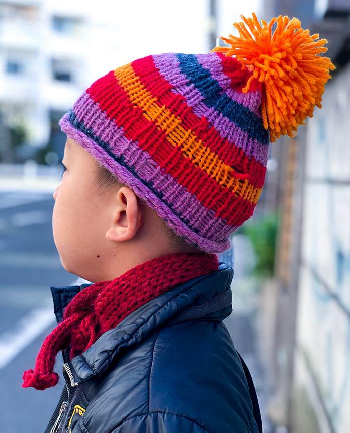 手編みのニット帽をかぶった、5歳の息子