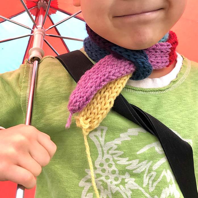 手編みのマフラーを巻いた、5歳の息子