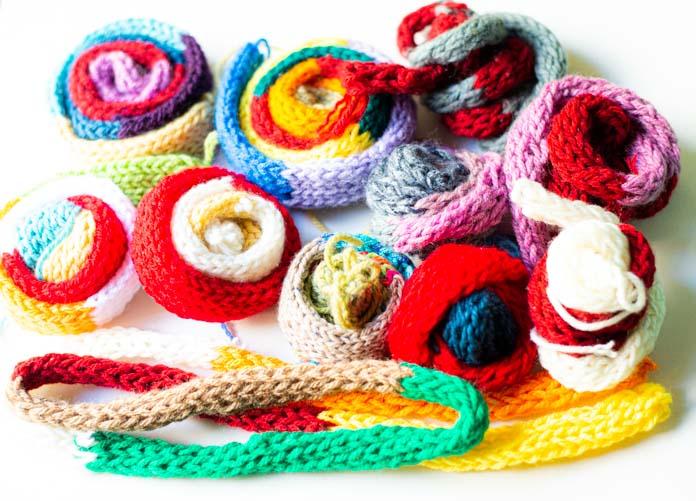 子どもが手編みしたカラフルなマフラー