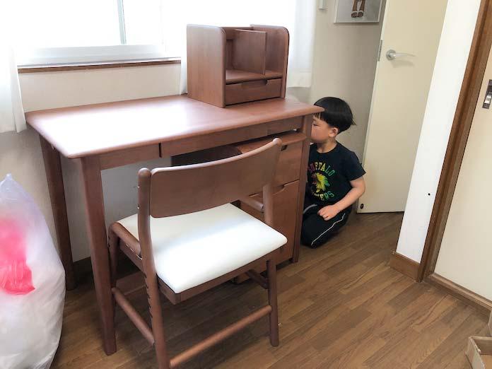 学習机を隅々まで磨く息子