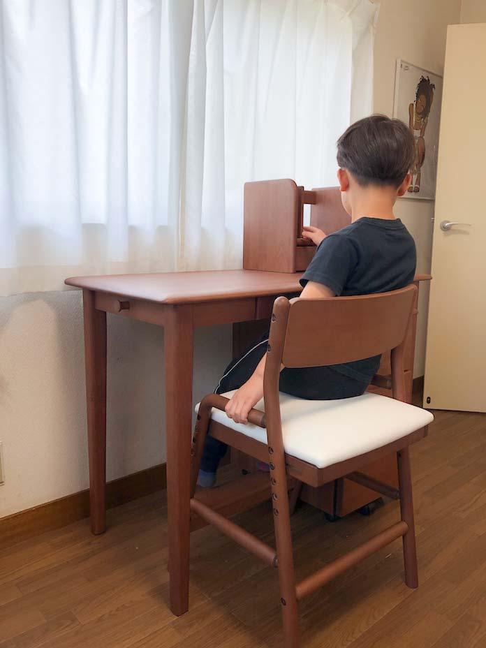 学習机に座る息子(6歳・年長)