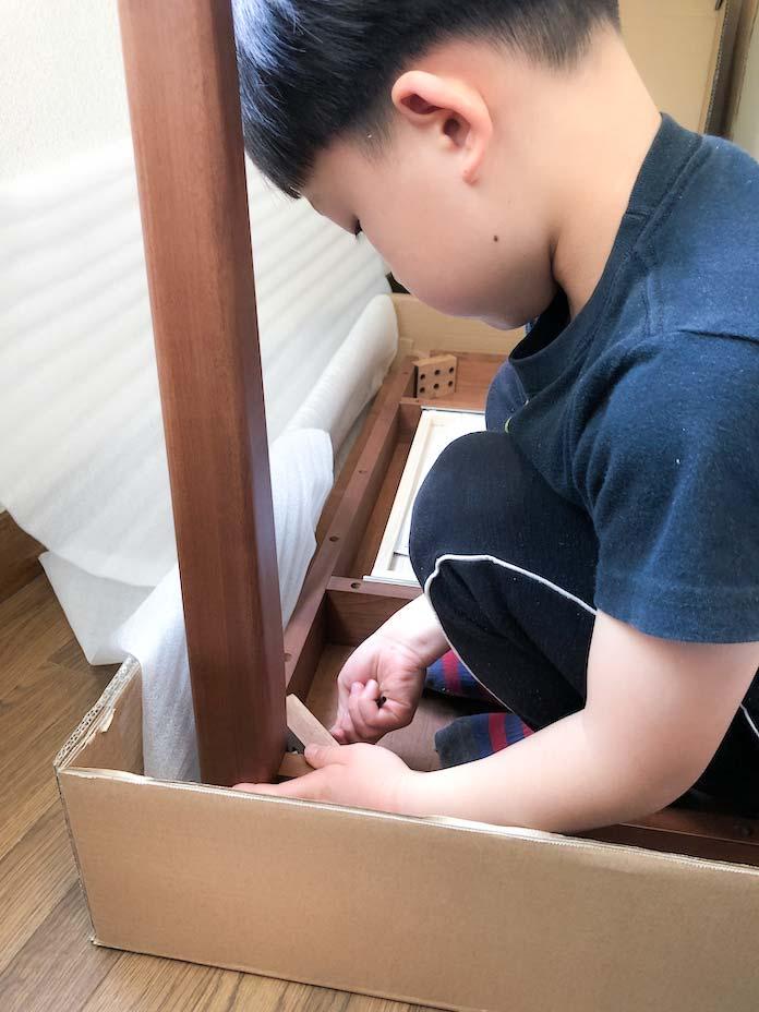 子どもが学習デスクを組み立て