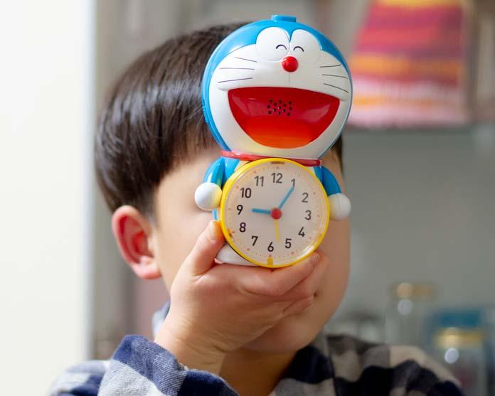 ドラえもん目覚まし時計を、朝の5時半にセットする息子