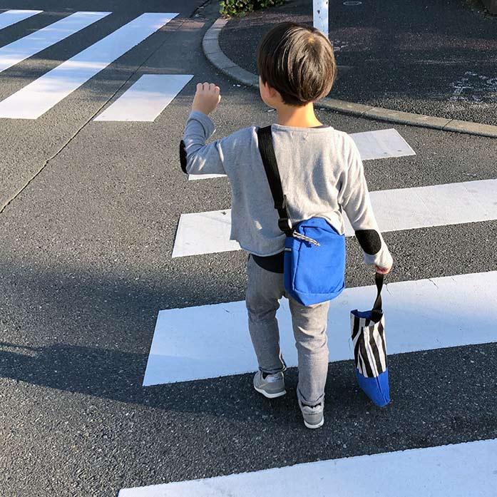 手をあげて横断歩道を渡る子ども(6歳・男児)