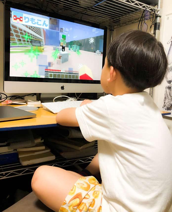 Macを使っている6歳児