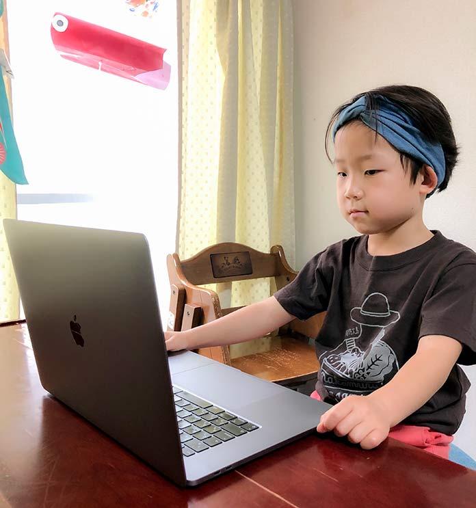 MacBookProを使う子ども(6歳)