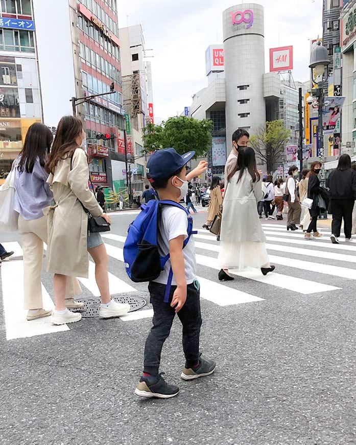 渋谷スクランブル交差点で手を挙げて渡る小学一年生