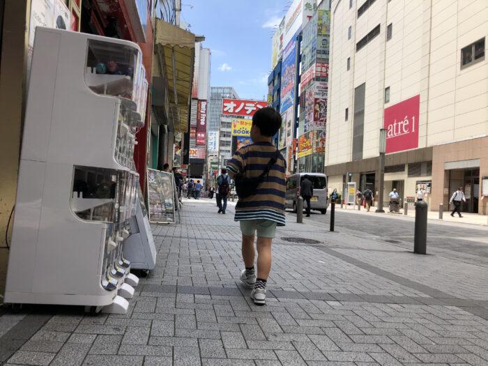 秋葉原の街を歩く子ども