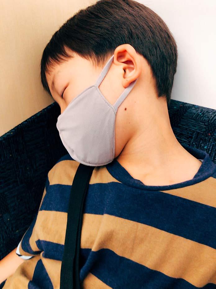 電車の中で、疲れて眠ってしまった息子(7歳)