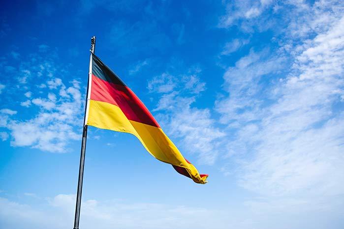 青空にはためくドイツ国旗