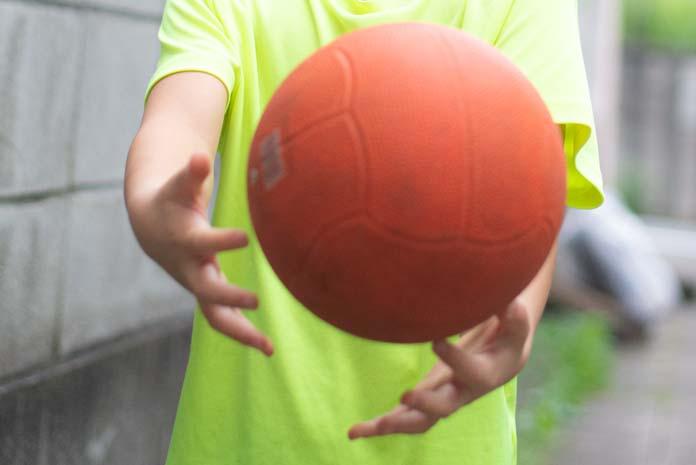 ドッジボールを持つ子ども