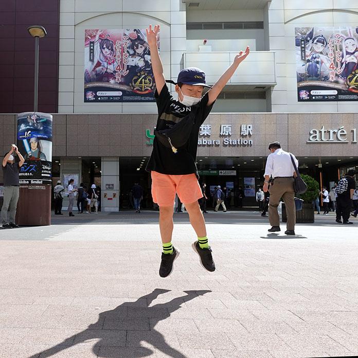 JR秋葉原駅の駅前でジャンプする子ども