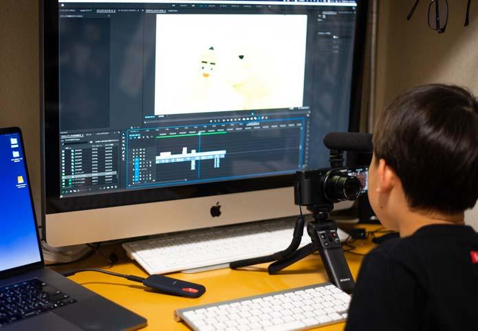 子どもがアテレコをしているところ。Adobe Premiere Proで。