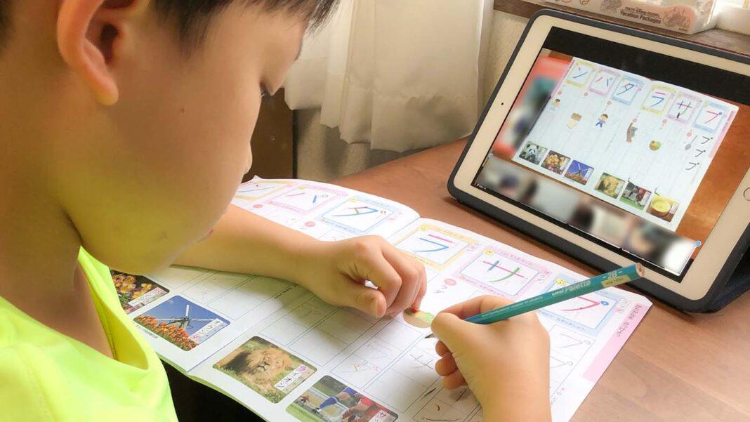 iPadでリモート学習を受けている小学1年生