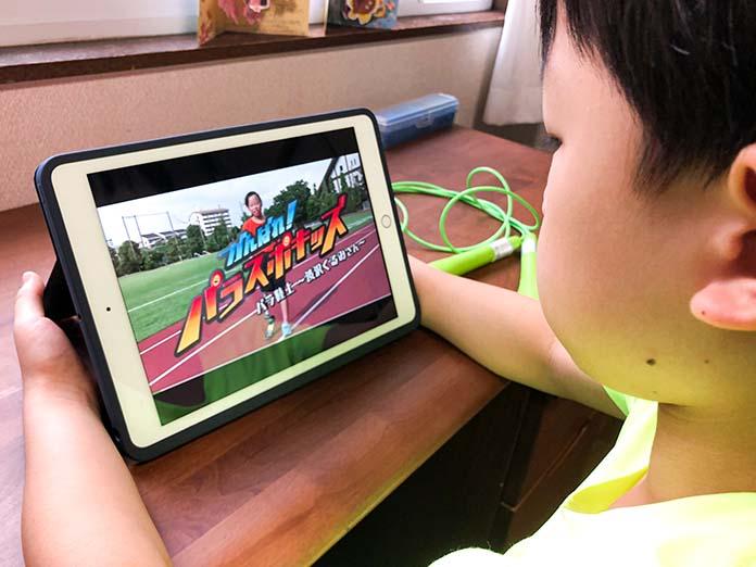 iPadを見る子ども(リモート学習で体育の授業中)
