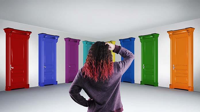 たくさんのドアの前で悩む女性